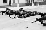 """画面太美!武警战士正不动如山的训练,下一秒遭""""萌物""""狂舔"""