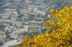 假如你是李华,你的外国朋友要在这个秋天来北京旅游