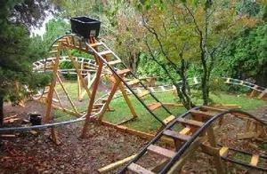 为了逗孩子们开心 工科爷爷在家亲手打造过山车
