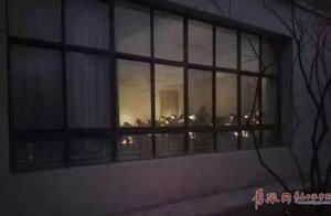 青岛一高校停电 考生在手机灯光下答卷