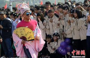 浙江一高中运动会开幕式学生大玩cosplay