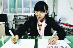 中国女孩同时用左右手写出不同的语言
