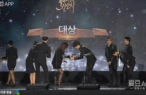 「EXO」「新闻」170114 EXO摘得第31届金唱片颁奖典礼专辑部门大赏 四连冠达成!