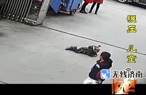 监拍男童躺地上撒娇遭小车碾过 众人合力抬车救人