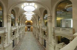 巴黎美术馆珍贵雕塑失窃 竟被小偷扔在厕所