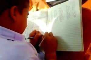 神奇!这学校学生能双手同书写2种语言