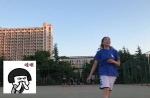 大学妹子日常打球练习,十个球投进8个,这样的准度一点不输男生