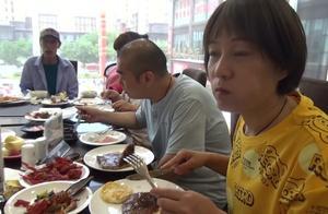 农村大哥端午节串亲戚,可算不吃捞面条了,这顿大餐吃的真解馋啊