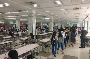 复旦食堂邀川大厨师交流:学生排队数十米,有人四两饭不够吃