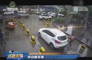 小区出车口,后车男子喇叭催促前车致发生冲突,监控拍下全过程