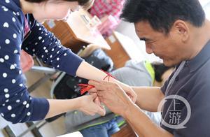 高考前最后一节课:老师为学生送上锦囊、系上红绳