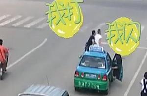 """122秒丨闪转腾挪!两男子马路上打""""醉拳"""":一年前就有过节"""