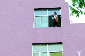 感情受挫济南女大学生要跳楼 家人趁送水将其救下