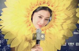Baby穿黄色裙子戴向日葵凹造型,满满正能量