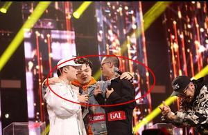 中国有嘻哈双冠军,让吴亦凡背黑锅?原来背后有他人操控