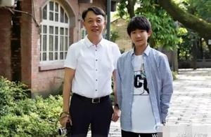 王俊凯想给教师休假,王源谨遵教诲,千玺把送给老师的花落家里!