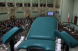 """波兰政府想全面反对堕胎,结果人民怒到连总统都""""不认""""了"""