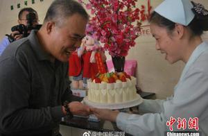 """广西大叔20年献血百余次 60大寿当天""""最后一献""""庆生"""