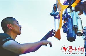 淄博理发师用废弃物两月造出3.5米高变形金刚