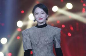 张韶涵主持《歌手》,灯光故障尬聊5分钟,网友:还是那么美