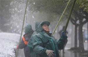"""兰溪近千名环卫工开启""""加速度""""清除积雪,保障市民雪天出行安全"""