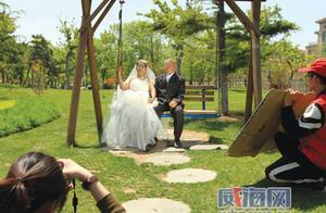 为让患病老伴开心 七旬老人与妻子补拍婚纱照
