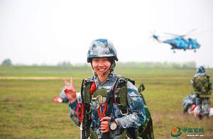 青春与伞花一同绽放,她第一个抵达空降战场