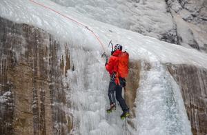 攀冰冒险队长在太行大峡谷征服140米的雪松,跳起了冰瀑上的芭蕾