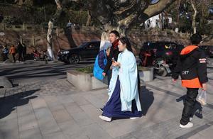 美女穿汉服逛西湖被当异类,源自汉服的和服却在日本发扬光大