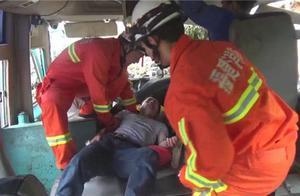 中巴车失控撞山岩 多人受伤