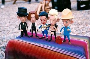 权志龙公开晒幸福!被玩坏的BIGBANG五只小玩偶