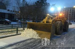 哈尔滨市启用新型清雪设备 快速吹除隔离带和人行道积雪