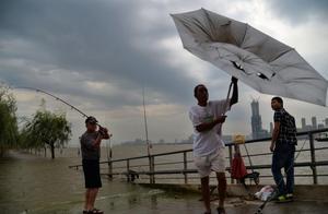 风雨中武汉一小时结束高温!后期可能会热回来,且凉且珍惜!