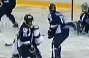 俄冰球选手喉咙被冰刀刺中 抢救及时所幸无大碍