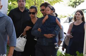 美国演员布莱德利·库珀和伊莉娜·莎伊克和女儿现身意大利威尼斯