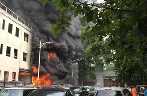 南京一建筑工地突发火灾 消防紧急救援