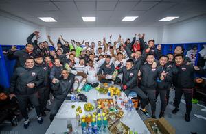 深圳佳兆业庆祝球队提前,比赛太过艰辛,球员们没有放弃