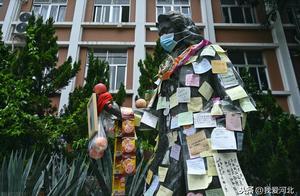 高考前,学校名人雕像贴满愿望条,供奉有水果零食祈求金榜题名