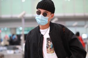 欧豪现身机场,黑白穿搭帅气十足,针织帽墨镜是他的风格
