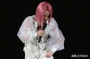杨丞琳演唱会踩空,李荣浩觉得她疯了,发文指责老婆事业心太强