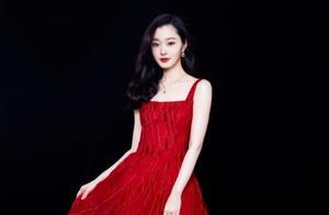 """宋轶白得都成""""雪人""""了,一袭红裙优雅高贵,肤白貌美让人羡慕"""