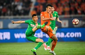 韩国主裁争议判罚惹鲁能围攻 橙衣军球迷跪求裁判公平公正
