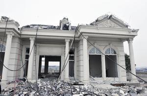 中央点名:187栋别墅群被强拆,开发商撤场,倒赔230亿