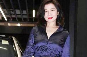 59岁钟楚红好时尚,穿宝蓝色长裙超优雅,巨适合五六十岁妈妈们