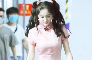 杨幂单身后更丰满,穿粉色旗袍裙上班录节目,这东方韵味圈内少见