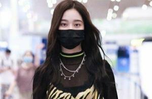 徐艺洋最新机场秀,撩发动作女人味十足,一身黑衣神秘又迷人