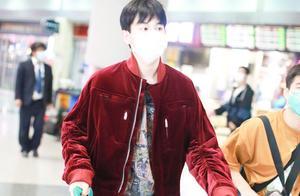胡先煦穿酒红色外套搭配牛仔裤现身机场,化身阳光少年
