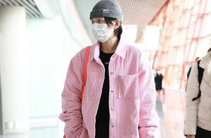 李斯丹妮穿粉色衬衫真是罕见,背粉色包包化身甜美少女