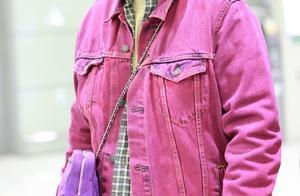马思纯穿粉色牛仔服戴夸张耳环贵气十足