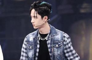 王一博出席《街舞3》发布会,裤子造型太尴尬,被网友吐槽猥琐